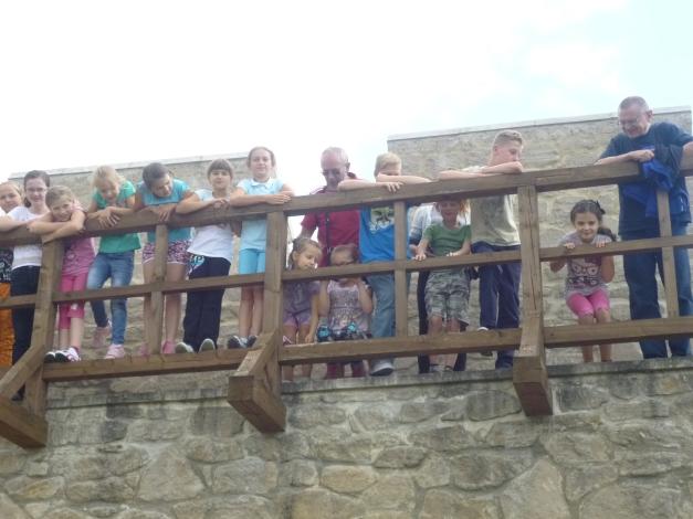 Grupa badmintonistów na murach obronnych twierdzy Szydłów